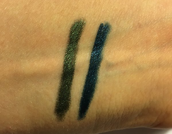 A sx la longlasting verde e a dx il kajal blu